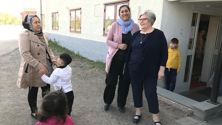 Gunborg Modén i mitten, ordförande i Röda Korset i Hedemora här tillsammans utanför mötesplatsen med två kvinnliga afghanska flyktingar. De står och pratar.