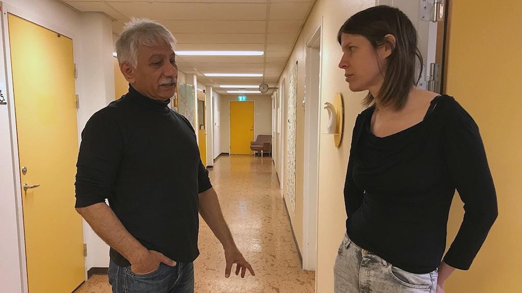 Safar Oskooei, verksamhetschef och Julia Tiberg psykolog på Kris- och Traumammottagningen i Borlänge. Här står de i korridoren på mottagningen.