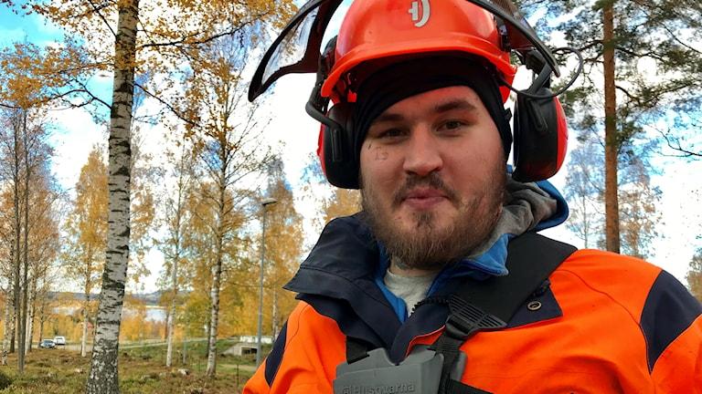 En manlig skogsarbetare