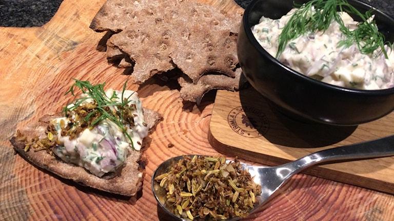 Hård bröd och skål med sill i en så kallad gubbröra