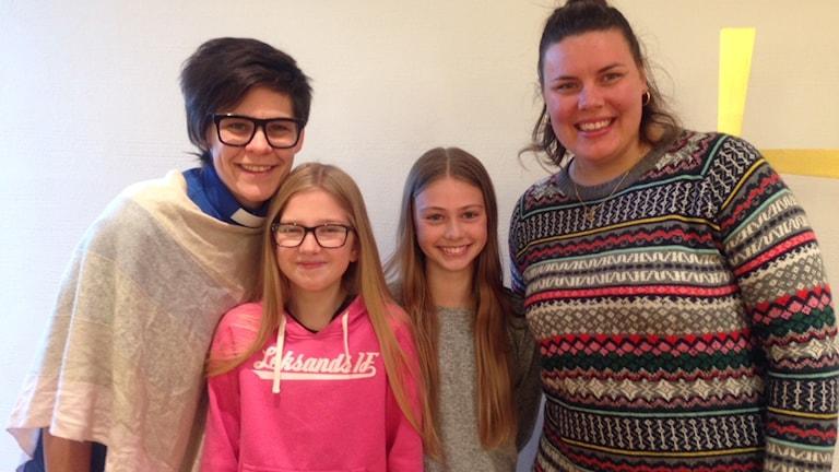Konfirmationsprästen Josefin Rådbo, konfirmanderna Ronja Olander och Alva Bomark och ungdomsledare Linda Sporre.