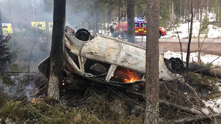 Brinnande bil efter olycka på E45