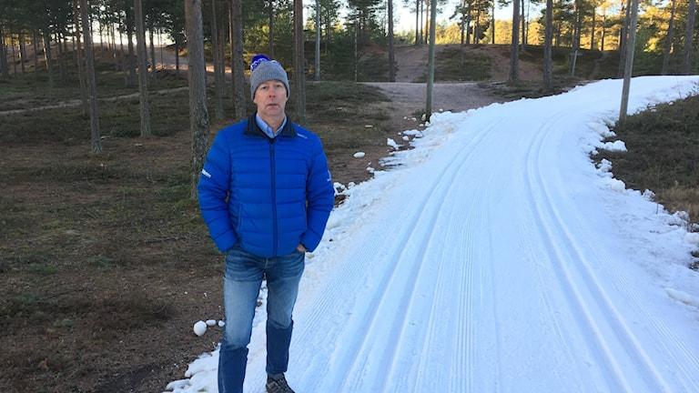 Tommy Höglund, sportchef för Vasaloppet vid skidspåren.