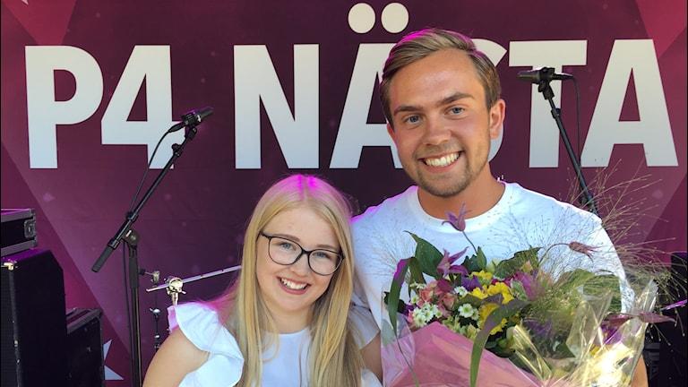 Vinnarna av P4 Nästas dalafinal 2018 Maya Linder och Hugo med blommor