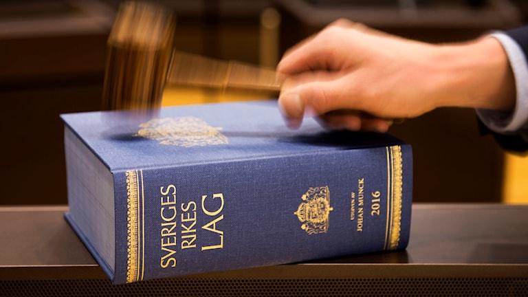 En lagbok och en domarklubba
