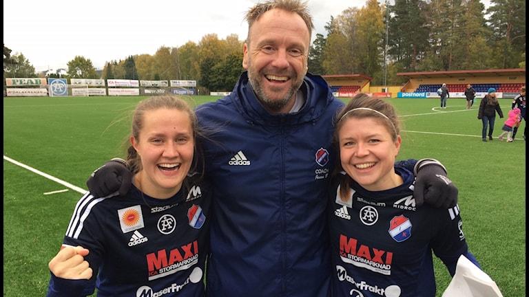Kvarnsveden klart för Damallsvenskan även 2017 och tränaren Jonas Björkgren jublar med spelarna Denise Sundberg och Michaela Hermansson.