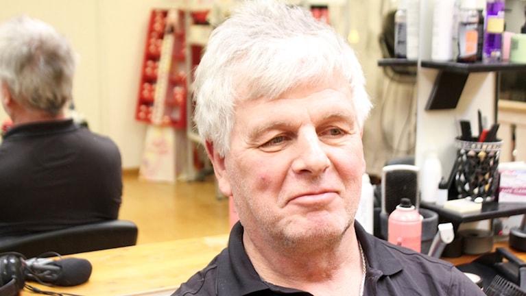 Pecka Lööf i frisörstolen hos Anette Eklund i Bjursås.