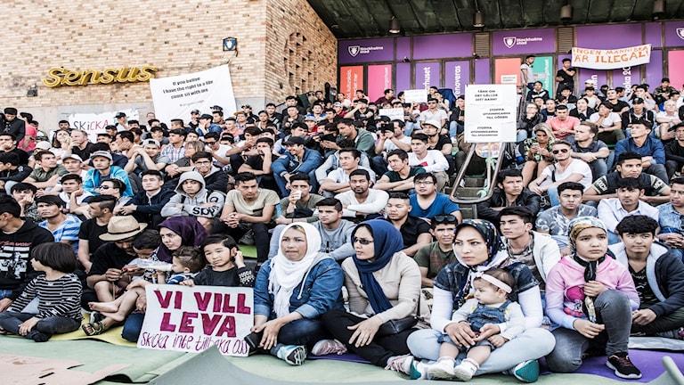 Flyktingar manifesterar på medborgarplatsen mot utvisningarna till Afghanistan.