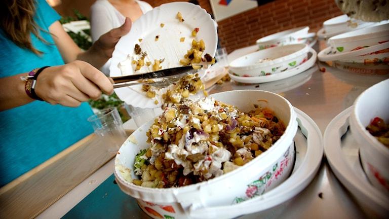 elever slänger mat