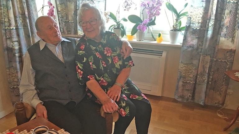 Maj och Gösta sitter framför ett fönster
