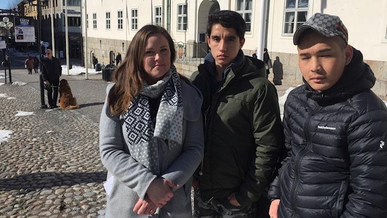 Emma Rydén, Hadi Alavi och Mustafa Mihzaei på manifestationen utanför Rådhuset i Falun.