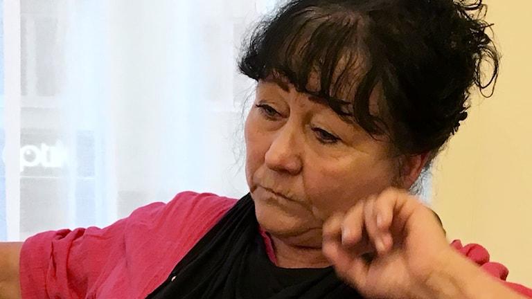 Närbild på Ralda Bergnér som lutar huvudet mot sin hand.