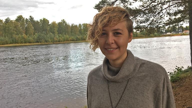 Anna Bjurholm, som startat föreningen Lesbisk makt Siljan, vid en sjö.