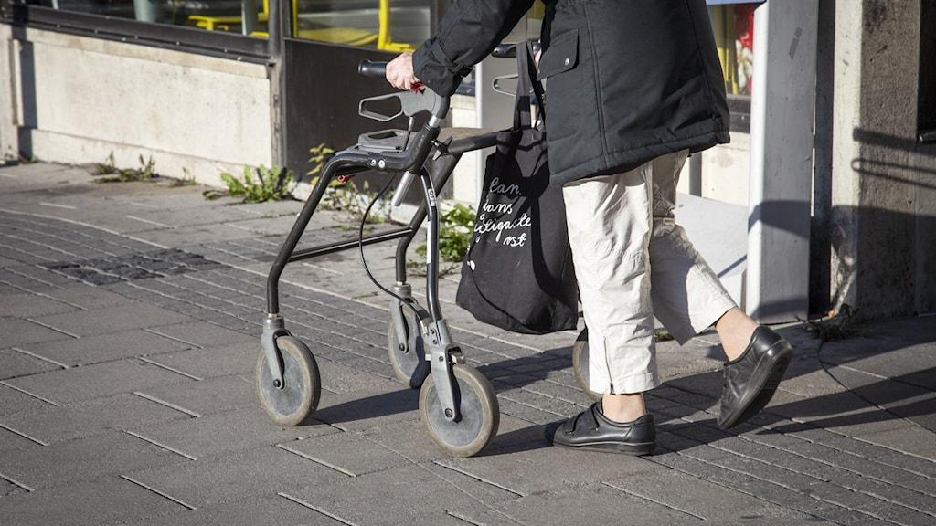 Äldre person med rullator.