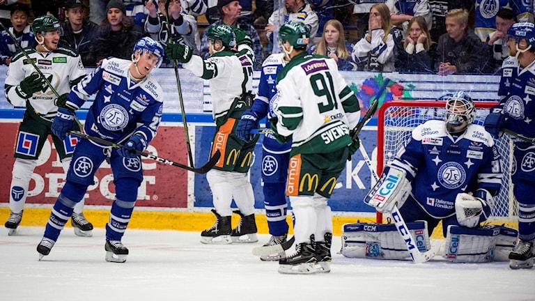 Flera hockeyspelare på isen från matchen mellan Leksand och Färjestad