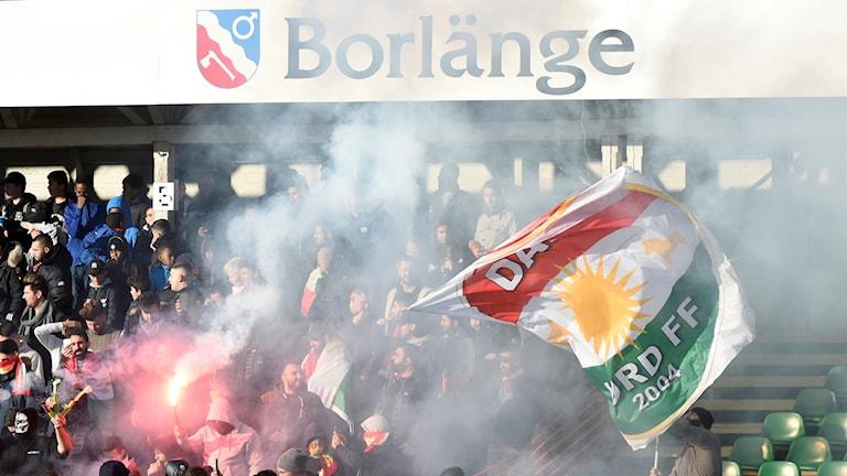 Dalkurds fans på läktaren med flagga.