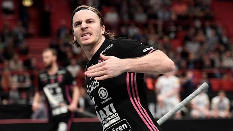 IBF Falun-spelaren Alexander Galante Carlström springer på innebandyplanen och slår sig för bröstet.