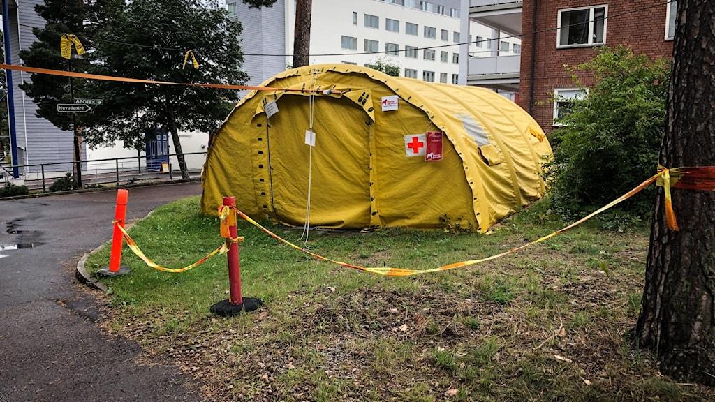 Ett gult tält utanför Falu lasarett.