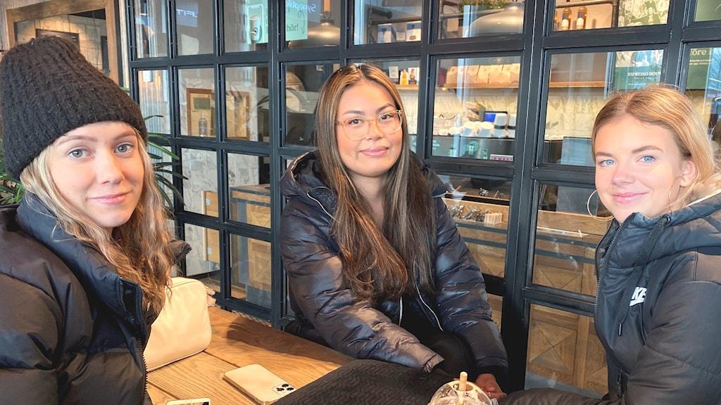 Tre gymnasieelever sitter på ett café i centrala Falun.