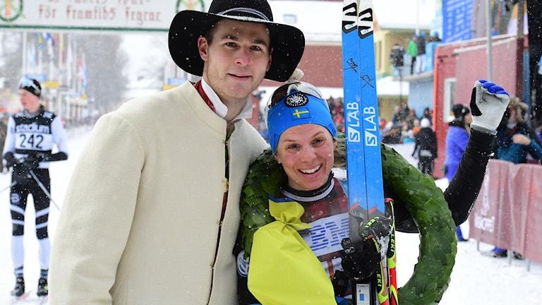 Lina Korsgren efter vinsten i Mora framför målet.