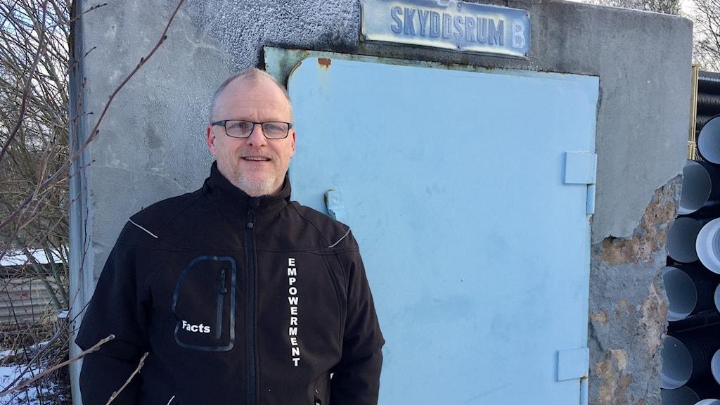 Kenneth Johansson framför en av cirka 1400 gömmar som finns i Hedemora.