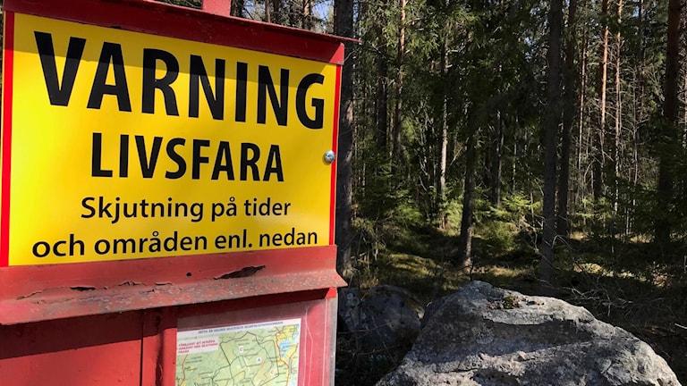 Skylt och anslag som varnar för livsfara vid militära skjutövningar på Faluns skjutfält.