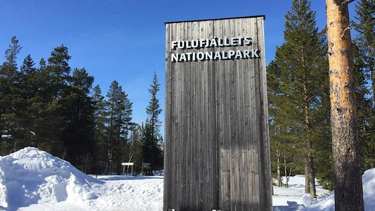 """En bild på en skylt där det står """"Fulufjällets nationalpark""""."""