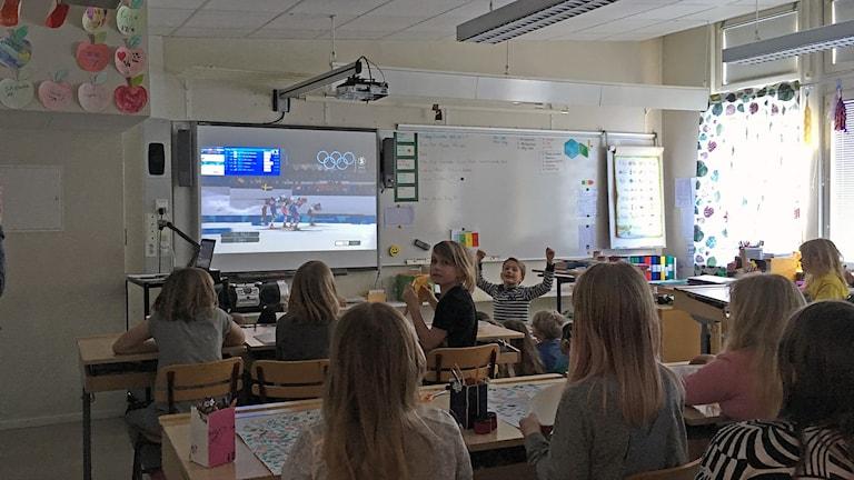 Elever på Malungsforsskolan jublar när Stina Nilsson tar OS-guld.