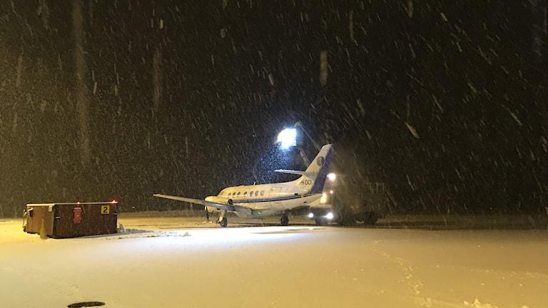 Ett flygplan står ute på startbanan på Dala airport och genomgår avisning.