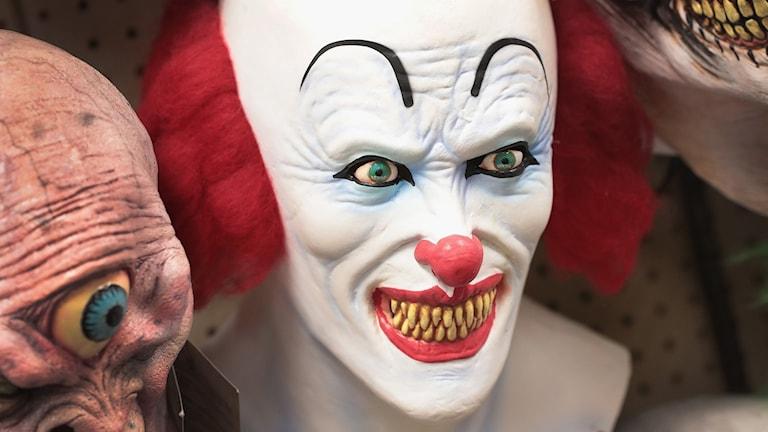 Läskig clownmask.