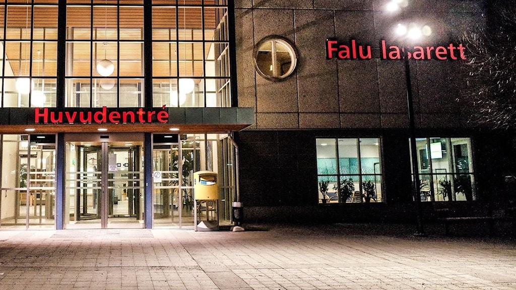 Kvällsbild vid Falu lasaretts huvudentré.
