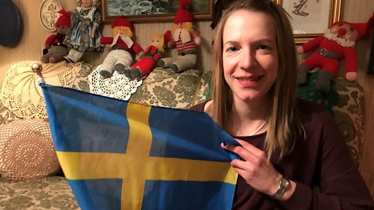 Sofia Bleckur med en svensk flagga.