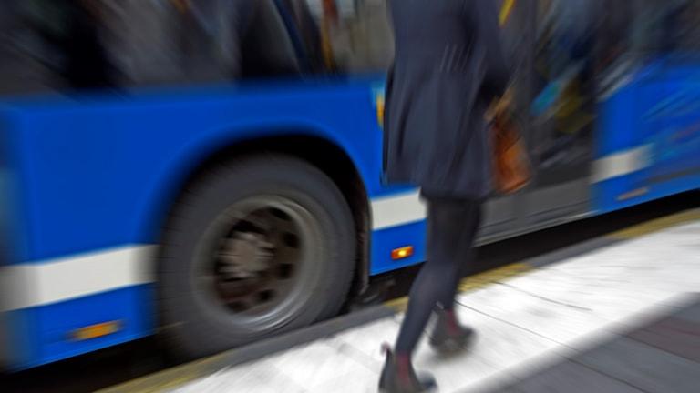 En person vid en buss.