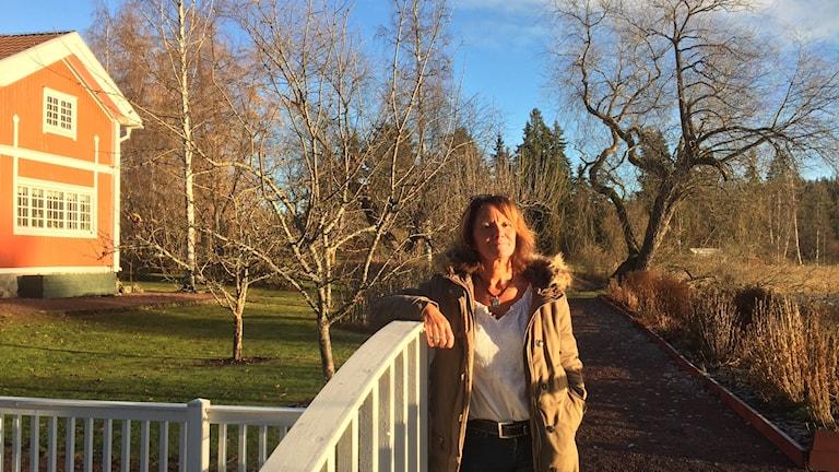 Chia Jonsson, chef, framför Carl Larsson-gården i Sundborn.