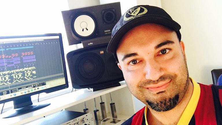 Hanif Sabzevari sitter i sin musikstudio