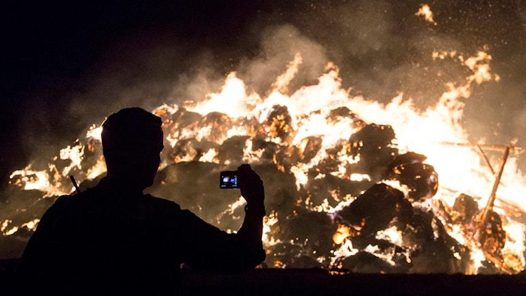 En person filmar en brand.