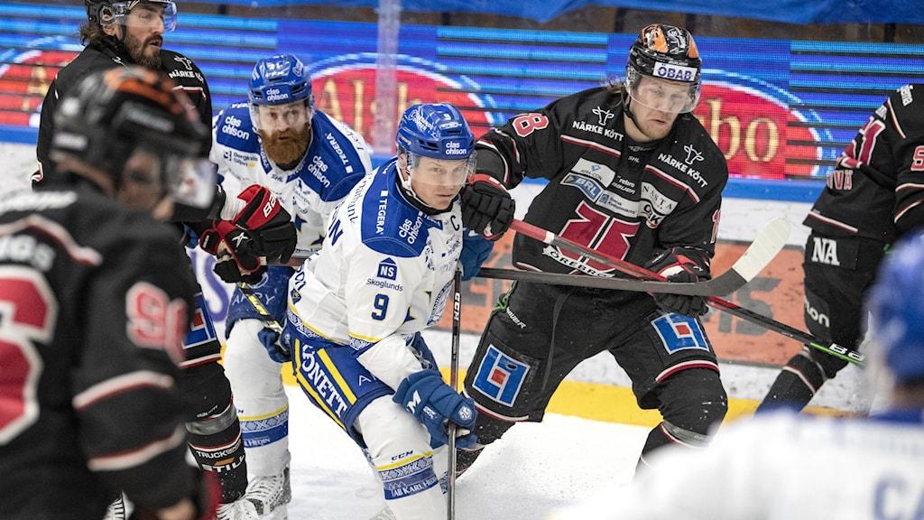Nr 9 i Leksand Patrik Zackrisson och Nr 18 Rodrigo Abols i Örebro när Leksands IF möter Örebro i SHL i Tegera Arena.