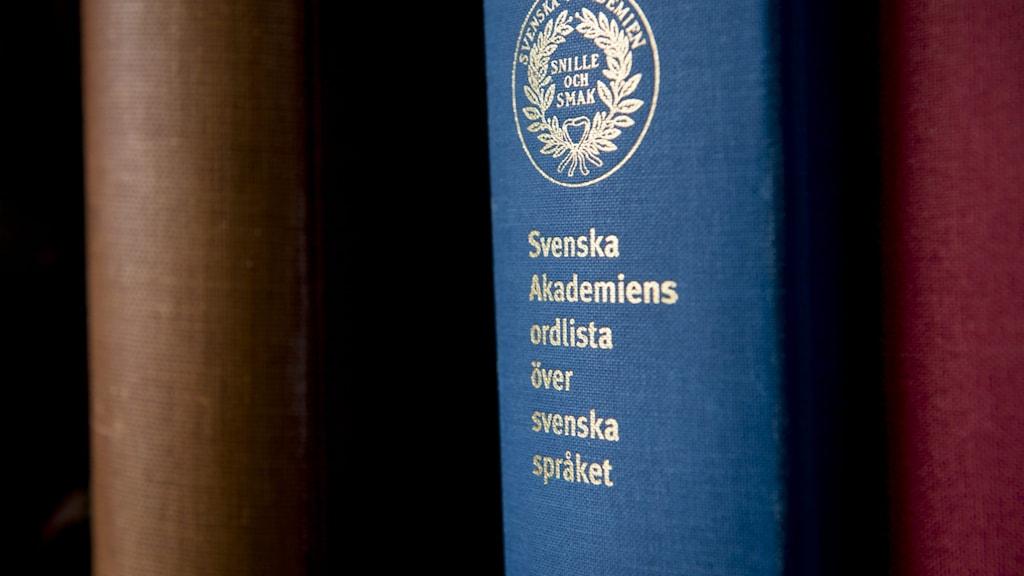 En blå bok; Svenska Akademiens ordlista över svenska språket.