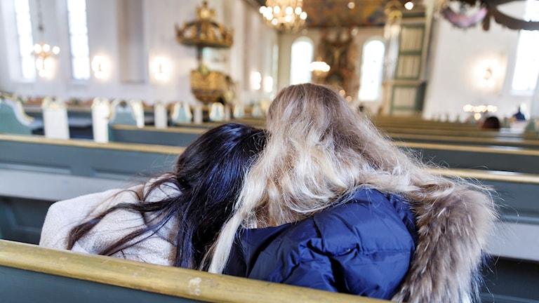 Två ungdomar i en kyrka