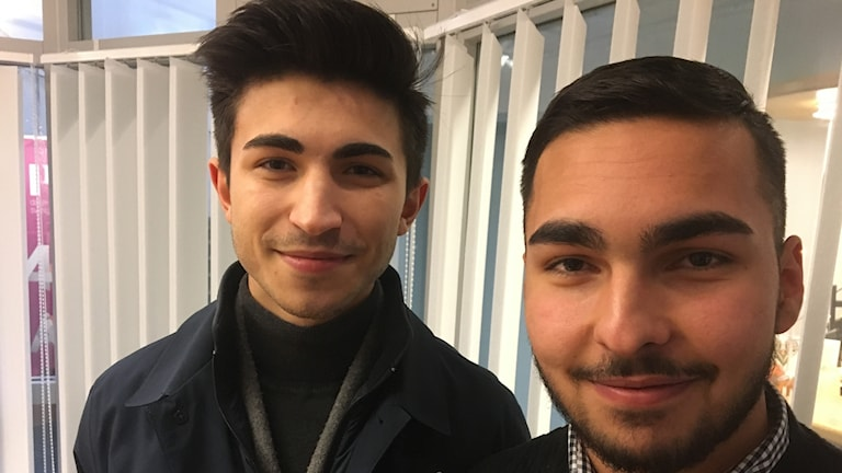 Samir Hazrat och Halil Bal står inne i studio ett i radiohuset.