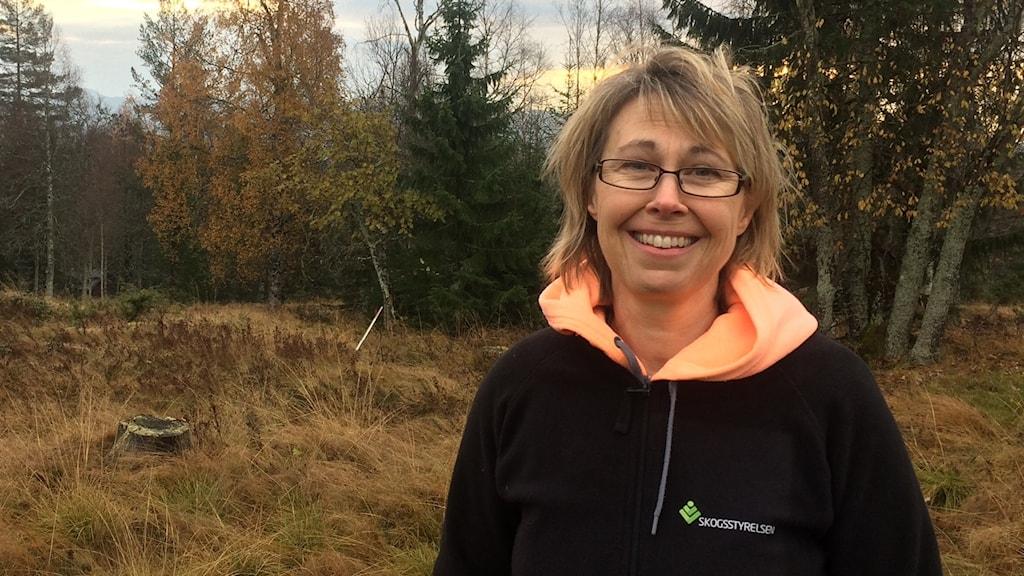 Maria på Skogsstyrelsen vid en igenvuxen fäbod