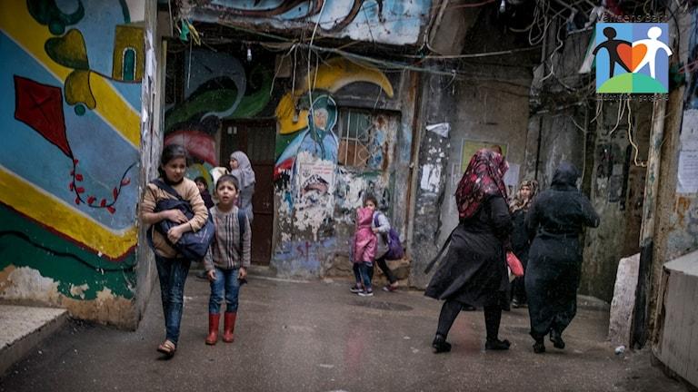 Barn på flyktingläger i Libanon med Världens barn-logga i högra hörnet