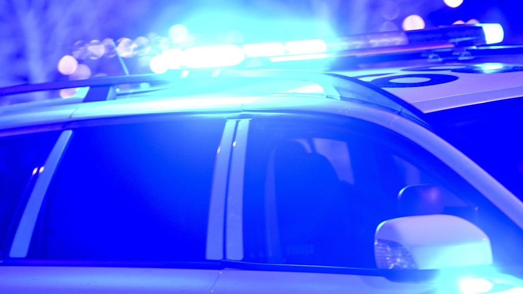 Blåljus på polisbil nattetid.