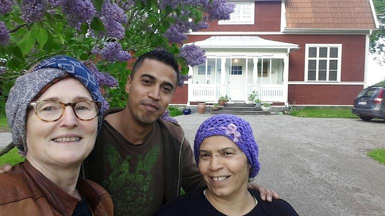 Bilden visar Suzanne Lazar, Jwan och Fatima Sido som genom projektet Öppna ditt hem har blivit goda vänner.
