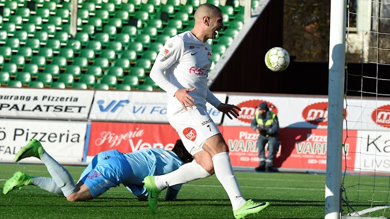 Dalkurds spelare Rawez Lawan lägger in 1-0 i målet på Domnarvsvallen.