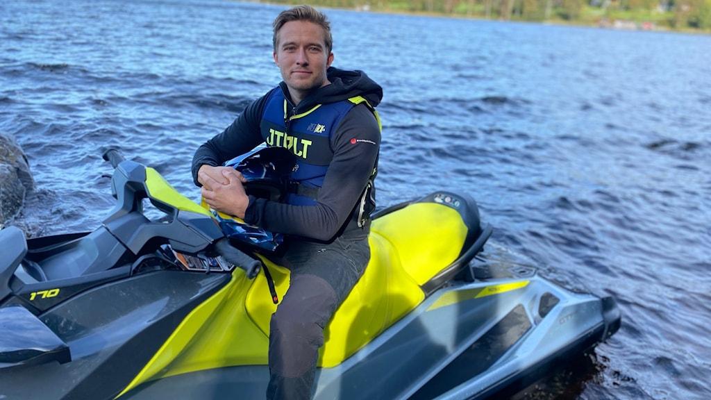 Daniel Nyström sitter på en vattenskoter i vattnet.