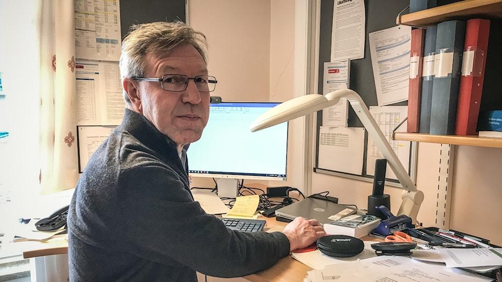 Anders Lindblom, smittskyddsläkare, sitter vid sitt skrivbord och tittar in i kameran.