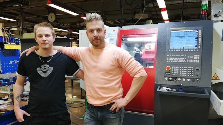 Cnc-operatören Jonas Andersson och vd Martin Bogg på Boggs Automation, står framför företagets senaste investeringen, en automatsvarv i verkstaden i Mora.