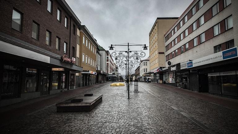 Storgatan i Ludvika centrum. En tom gata med butiker på sidorna.