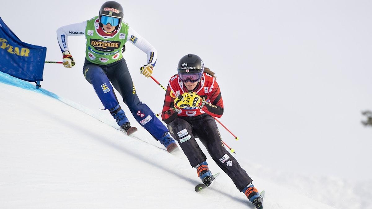 IDRE 2020-01-25 Alexandra Edebo, SWE, och framför till höger Brittany Phelan, CAN, under damernas kvartsfinal  i världscupen i Idre. Foto: Pontus Lundahl / TT